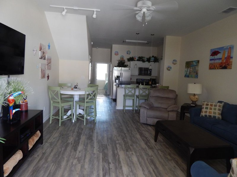 New PRICES!!  AWESOME POOL/ CLEAN CONDO/FAMILY FRIENDLY, alquiler de vacaciones en Chapman Ranch