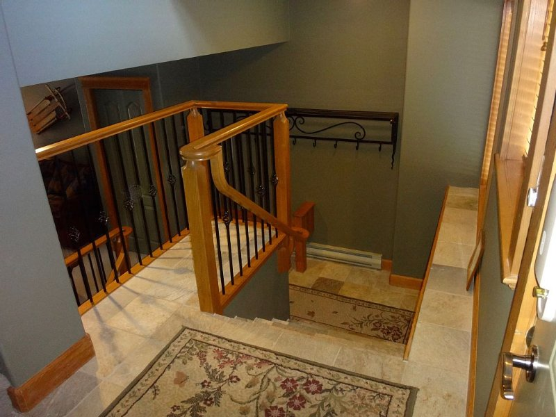 Beautiful Big White Ski-In / Ski-Out Vacation Condo With Private Hot Tub!, vacation rental in Big White