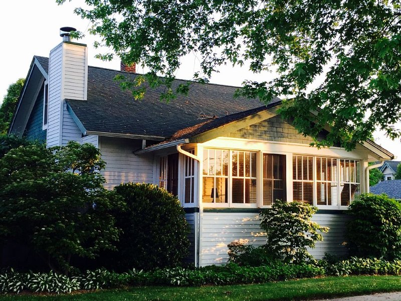 Adorable Beach Bungalow. 1 Block from Town!, location de vacances à South Haven