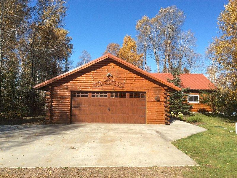 Rustic log cabin with large loft 3 total bedrooms rustic log railings, casa vacanza a Grand Marais