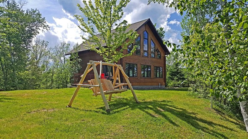 Beautiful Log Cabin With Sandy Beach.  Lake Is Known For Its Great Fishing!, alquiler de vacaciones en Hackensack