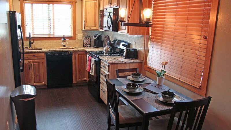 Cowboy Condo: Two Bedroom Downtown Whitefish Condo Finished Top Notch, holiday rental in Whitefish