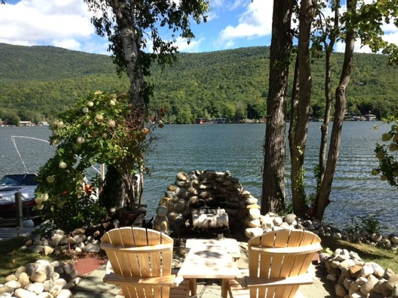 Charming Lake George - Lake Front Cottage On Beautiful Warner Bay, location de vacances à Comstock