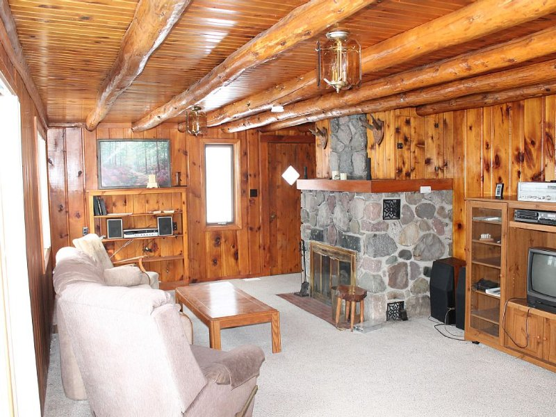 Knotty Pine Retreat On 200 Acre All Sports Jewell Lake W/ Row Boat & Paddle Boat, vacation rental in Black River