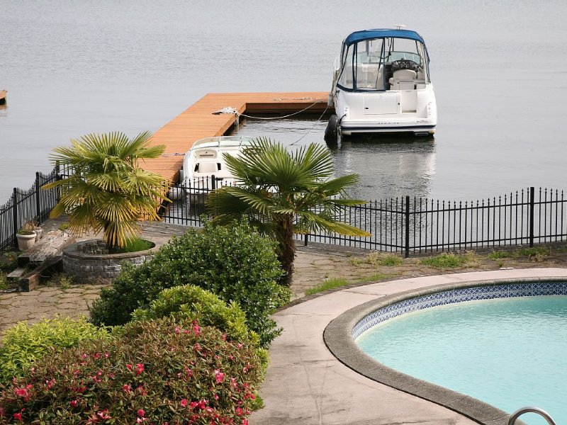 2-Story Lake Front Home With A Swimming Pool, Sun Room, Boat Dock, And Balcony, location de vacances à Newcastle