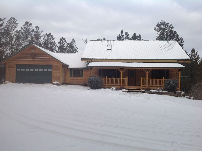 Modern Log Cabin On 3 Acres.  Great Location On The Edge Of Custer, holiday rental in Custer