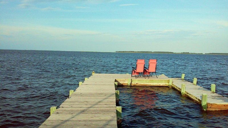 Beautiful Waterfront Vacation Rental On The Currituck Sound, holiday rental in Elizabeth City