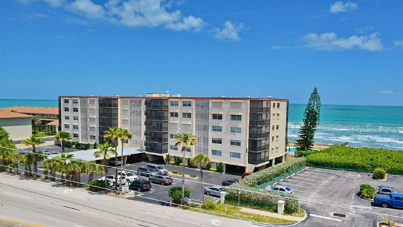 Oceanfront building phenominal summer price- $600 for 7 days- pool by beach, holiday rental in Palm Shores