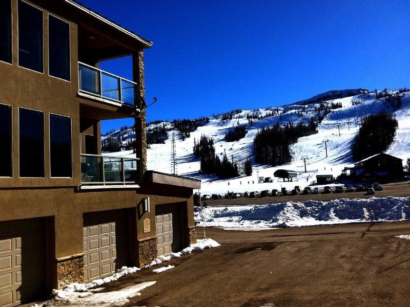 Luxurious Condo across the street from Giant Steps chairlift.  Amazing views!, aluguéis de temporada em Brian Head