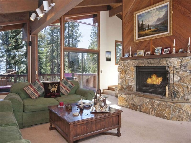 Dollar Point-Sleeps 10, 1 block from private beach, Hot tub, all DP amenities!, alquiler de vacaciones en Tahoe City