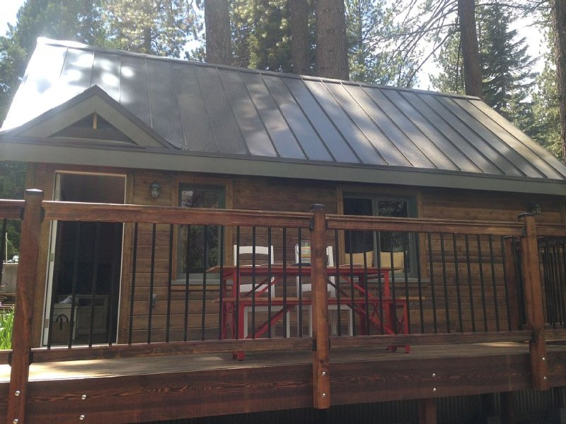 Walk to the lake or hike/bike the nearby trails steps out the front door!, alquiler vacacional en Tahoe Vista