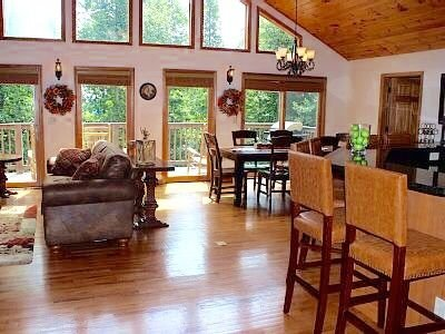Luxury Cabin 2-Master Bedr 3.5bath 2 Fireplaces Spa Firepit Pool Table App Ski, alquiler de vacaciones en Blowing Rock