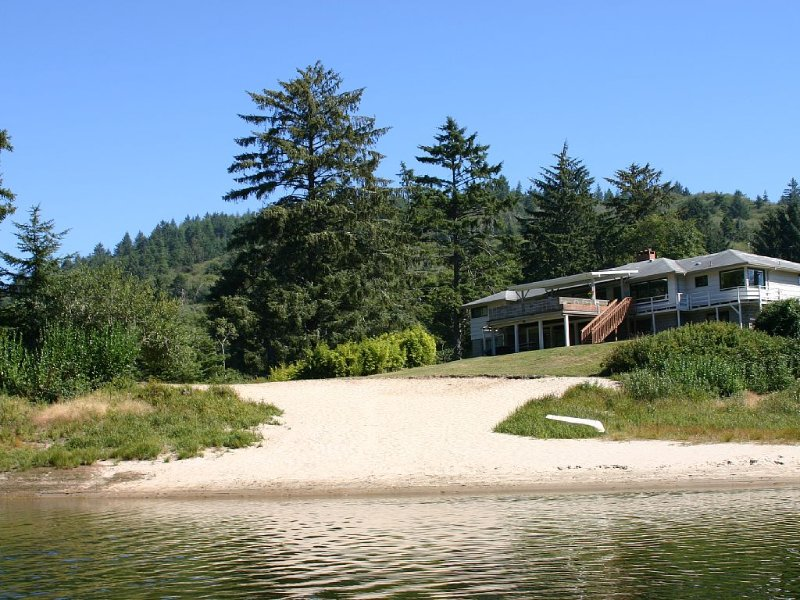 A Large Private Home That Sleeps Up To 18 Situated On Its Own Lake., vacation rental in Cloverdale