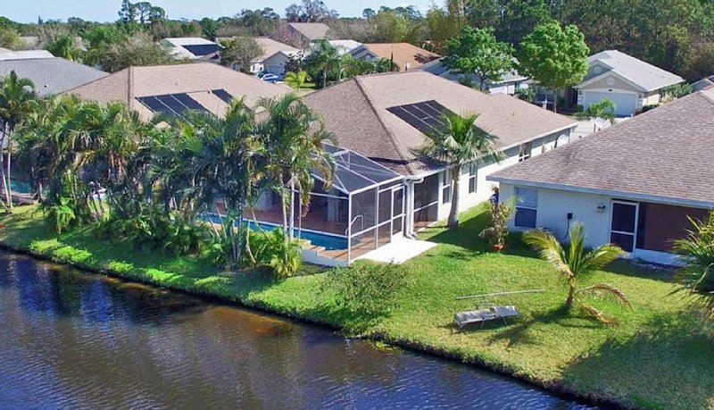 Tropical 3 bed/2 bath private home with screened pool awaits your arrival!, vacation rental in West Melbourne