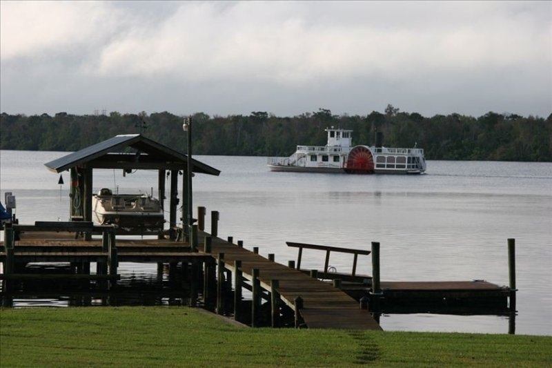 St Johns River Front Home Huge Deck, Dock & Boathouse &  Wifi, vacation rental in Satsuma