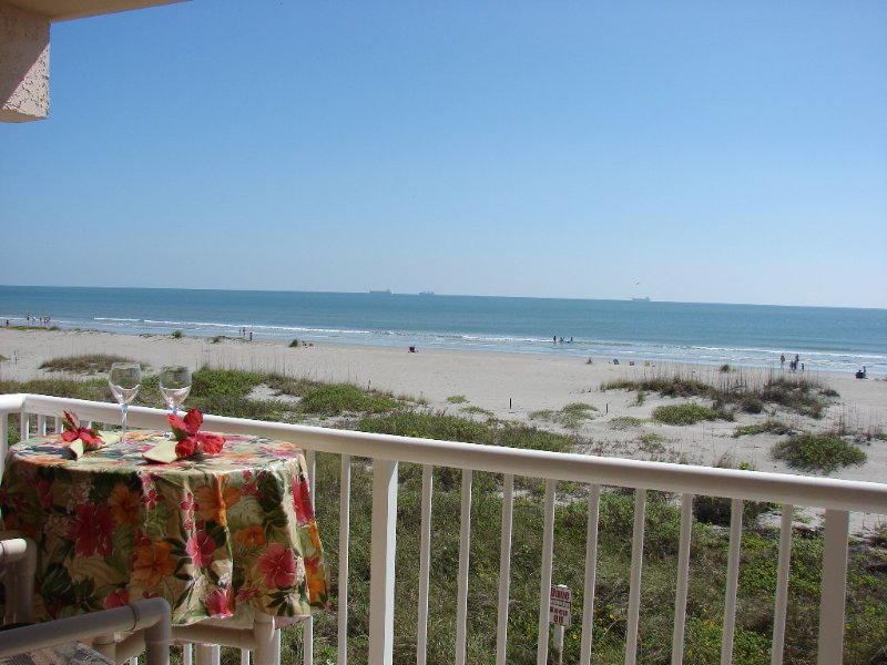 Beach and Pool Open! Beachfront Condo, alquiler vacacional en Cocoa Beach