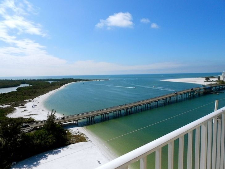 Breathtaking Gulf and Bay views from the 12th floor! Private beach!, vacation rental in Fort Myers Beach