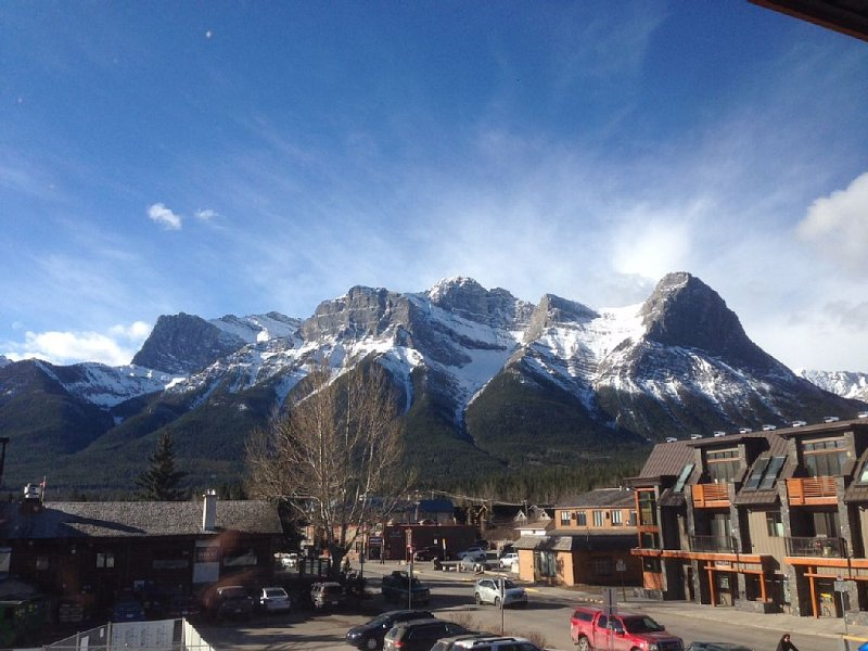 Canmore Mountain View Rental in Centre of Town - 2br 2bath, alquiler de vacaciones en Kananaskis Country