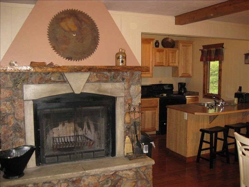 Beautifully decorated comfortable cabin in quiet area., holiday rental in Lead