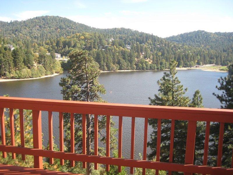 Panoramic Lake View~Steps Away From The Water, aluguéis de temporada em San Bernardino