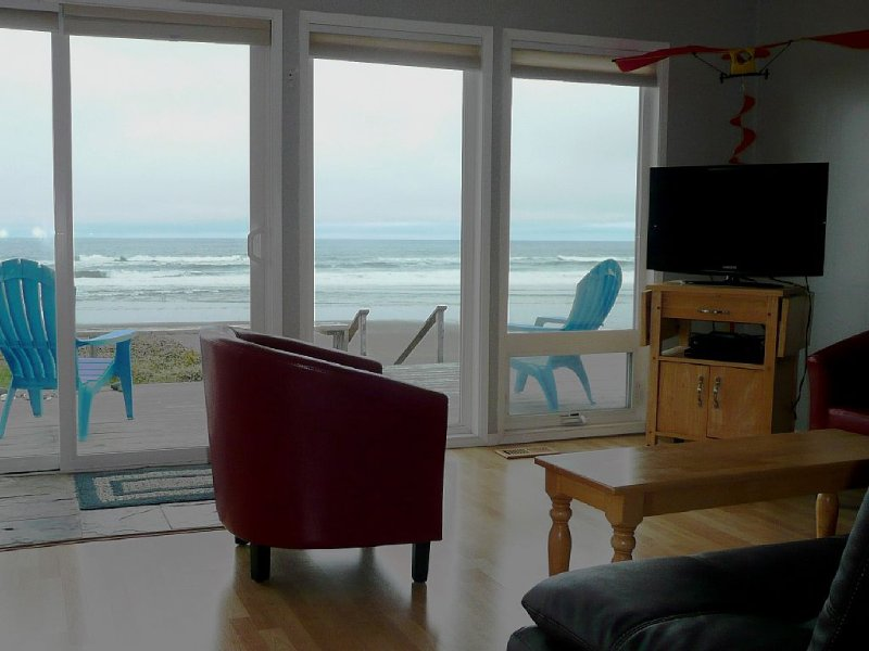 Dory Cove Oceanfront in Roads End - Spectacular Views, Rain or Shine! - Hot Tub, holiday rental in Lincoln City