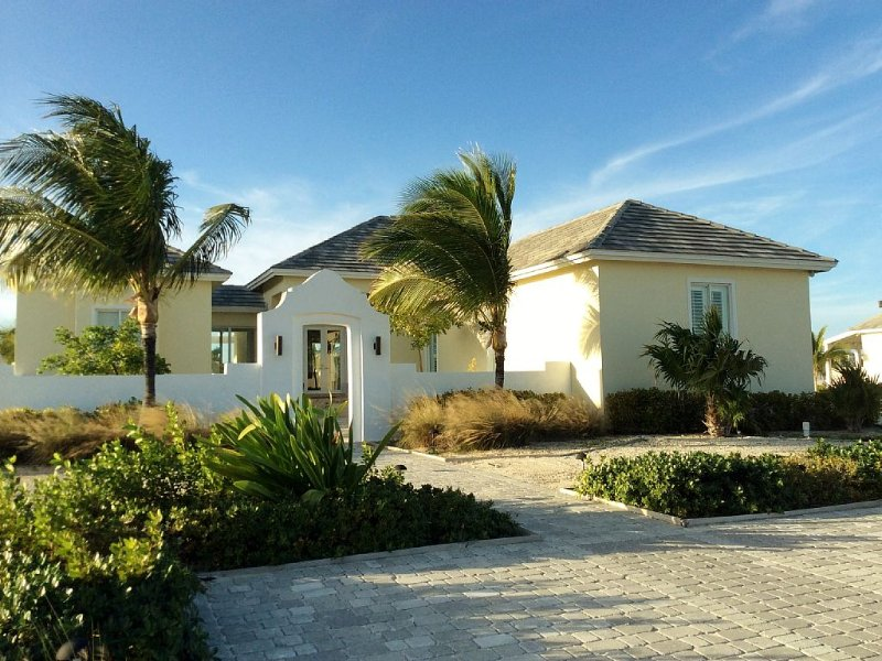 Waterfront home with a private dock. Across from a cristal clear beaches., alquiler de vacaciones en Bimini