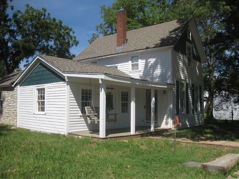 Frontier Store House - With a historic cabin inside the inviting home…, alquiler vacacional en Kansas