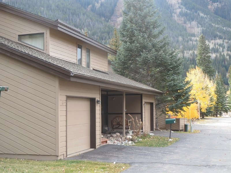 Completely remodeled family home - Hot Tub, Wifi, cable TV,  Loaded Kitchen, holiday rental in Vail