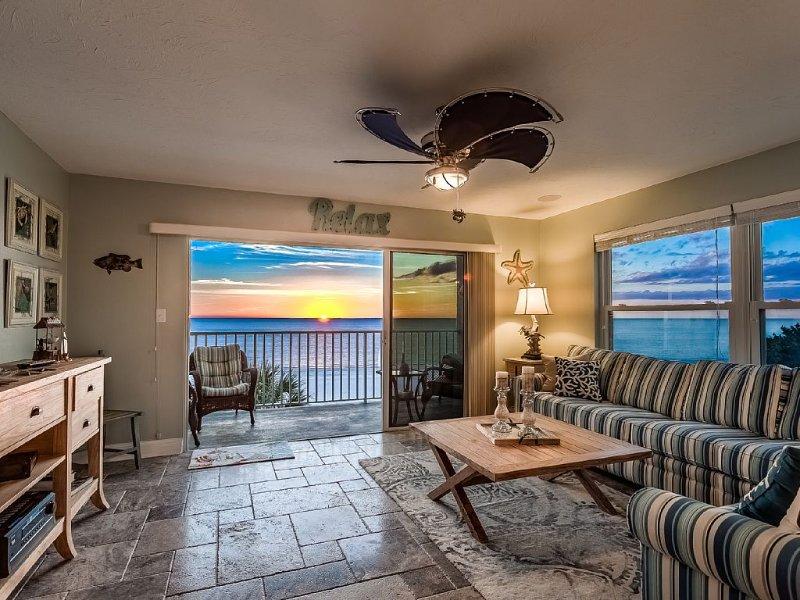 Come Relax In Paradise!!  Stunning Luxury Beachfront Condo, casa vacanza a Redington Shores