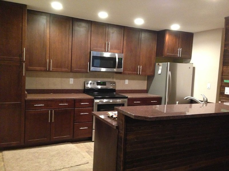 Kitchen w/ dishwasher & disposal