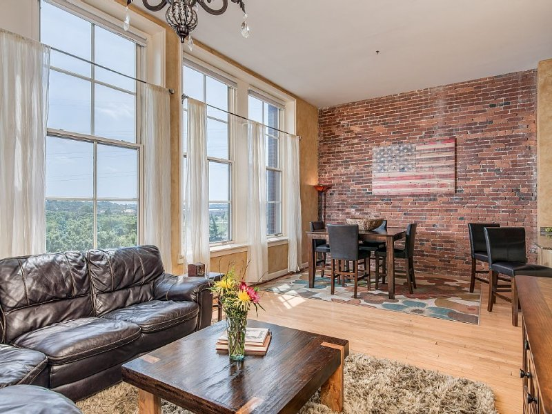Beautiful Downtown Condo Overlooking River! Walk to restaurants, music & more!, holiday rental in Nashville