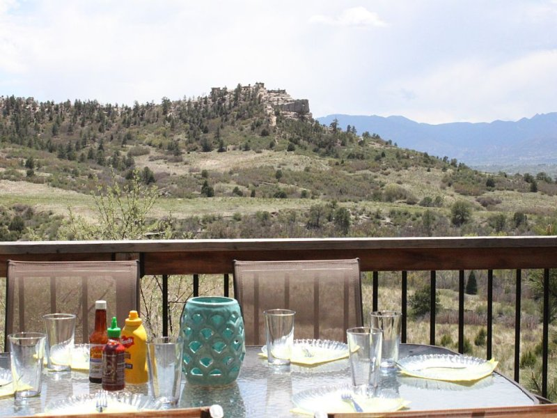 Amazing Views and Privacy minutes from major Co Springs attractions, vacation rental in Colorado Springs