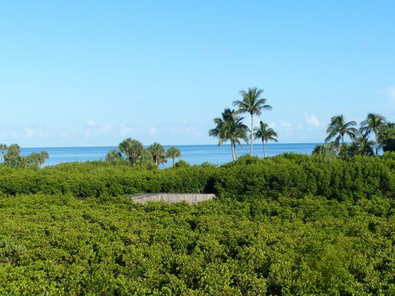 Private beach access! Deluxe Condo with beautiful Gulf and Clam Pass views, holiday rental in Naples