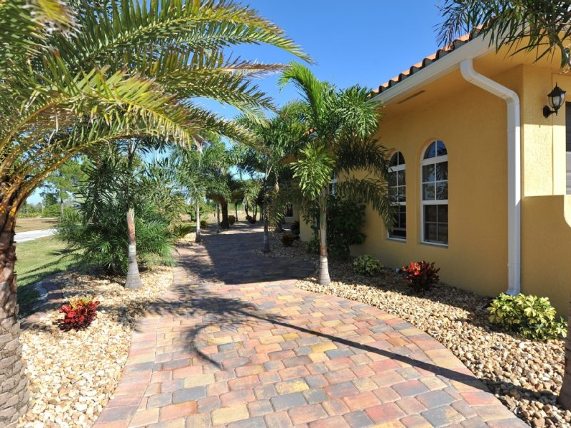 5 Star Exquisite Villa Retreat  with Pool on Canal, Ferienwohnung in Cape Coral