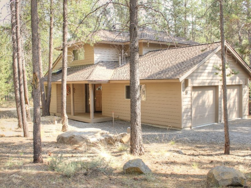 Quiet street & setting close to SHARC with Master on Main -Includes Sharc Passes, vacation rental in Sunriver