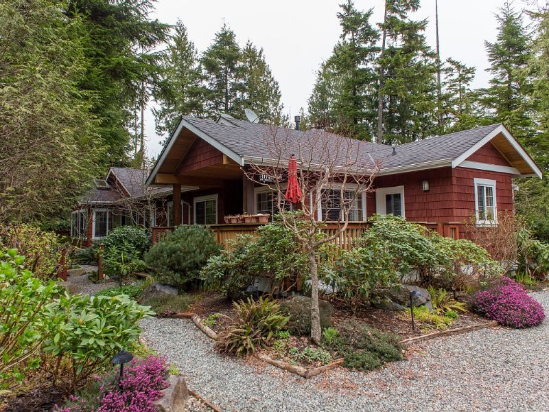 Just steps from the sand!, vacation rental in Tofino