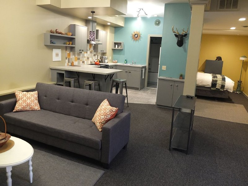 Casual Contemporary Apartment in the Historic Downtown Wesley Building., vacation rental in Hamilton