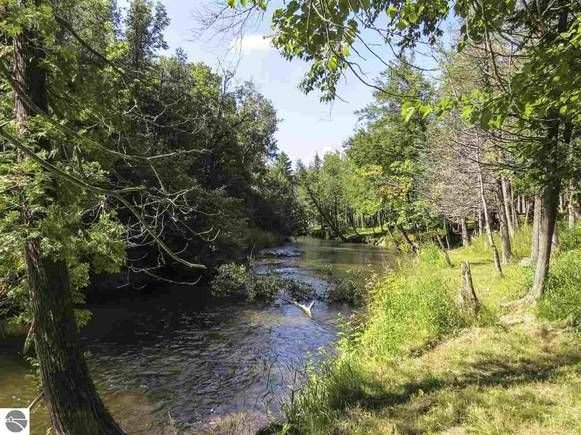 Pet-Friendly, Betsie River Retreat - Sleeps 10 - Ski, Fish, and More!, alquiler de vacaciones en Benzie County