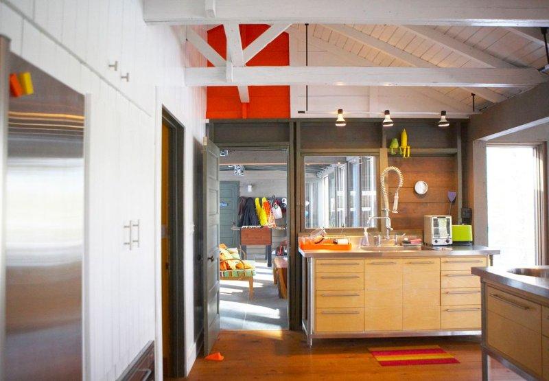 A cozinha aberta levando para marquise