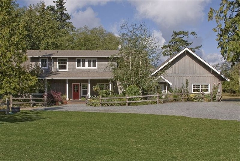 Guemes Island Vacation House: Luxury Home 4 Bedrooms, 2 Attics, vacation rental in Anacortes