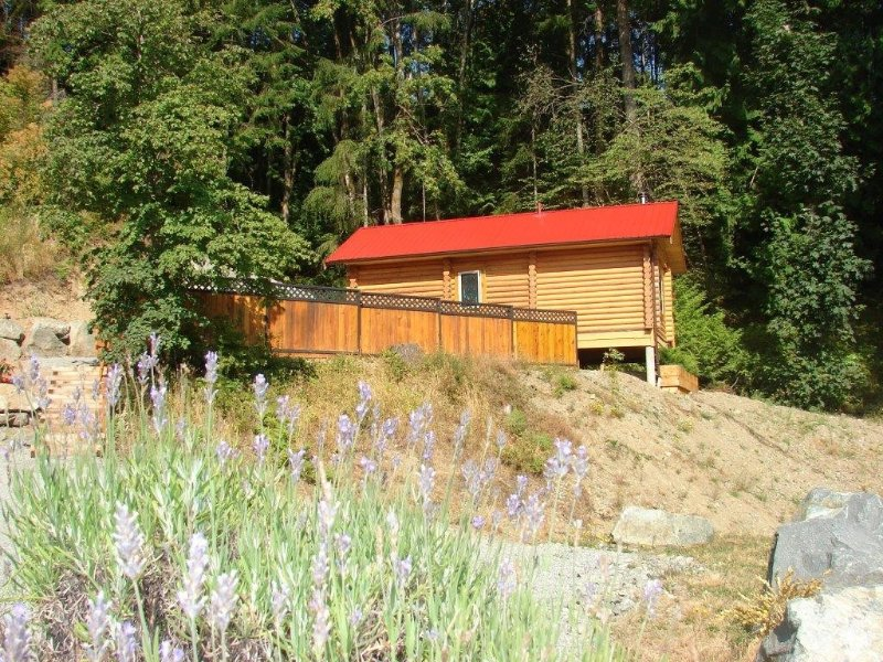 Custom Built Log Cabin 5 minutes walk from the Ocean, holiday rental in Cowichan Valley Regional District