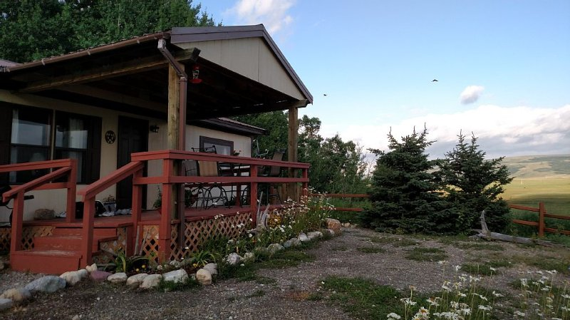 Majestic Mountain Views - 15 Minutes to Glacier East Entrance, vacation rental in Babb