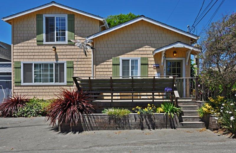Delightfully Remodeled Beach Cottage with Ocean Views, vacation rental in Santa Cruz