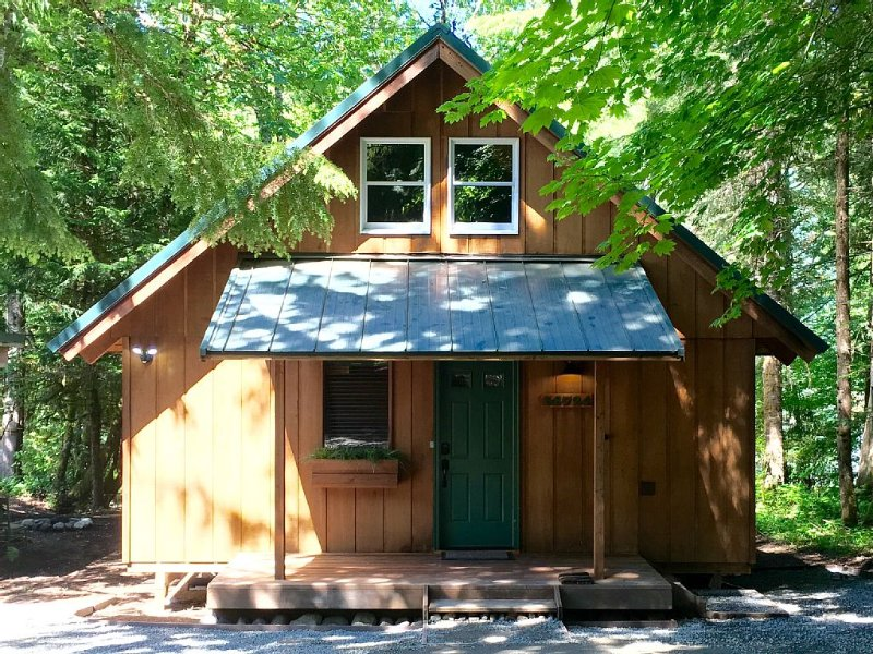 Cozy Riverfront Cabin with Hot tub  **Early Spring Stay 2, Get 3 Special**, holiday rental in Enumclaw