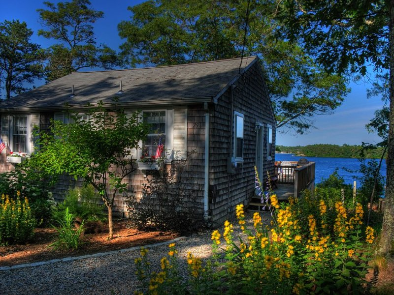 Waterfront Cottage on Private Lake with Dock, casa vacanza a Plymouth