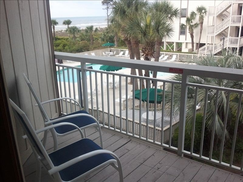 #232 Breakers - King Bed and 2 flat screen TV's!  Best location on Hilton Head!, holiday rental in Hilton Head