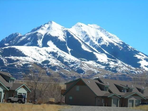 30 Miles from Yellowstone Park! View is Breathtaking!, location de vacances à Émigrant