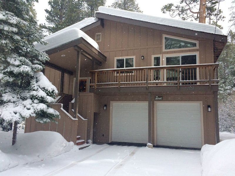 ALL THE COMFORTS OF HOME:Lake & Bike Trail 1/2 mi, Bocce Ball Court, Ski 2-10 mi, vacation rental in Tahoma