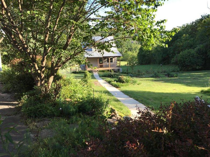 Garden Cottage near Asheville and Blue Ridge Parkway, casa vacanza a Fairview
