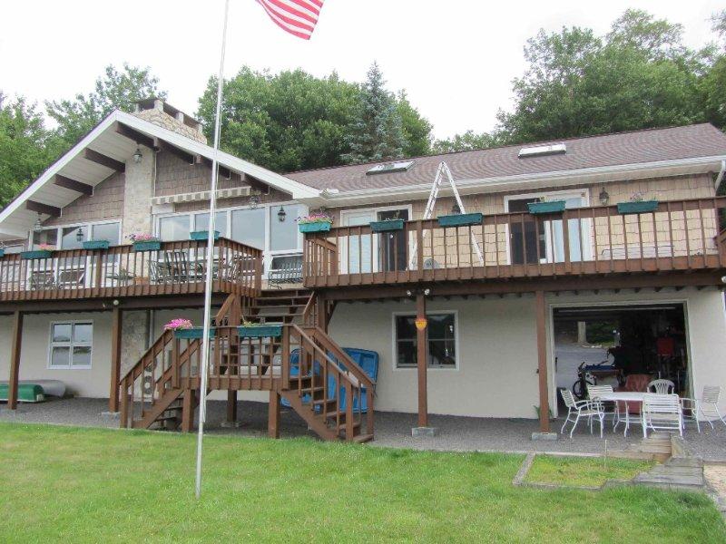 Magnificent Lakefront - 5BR(14+),4.5BA,Ski,Boat,Fish,Pool Table,WiFi, vacation rental in Pocono Lake